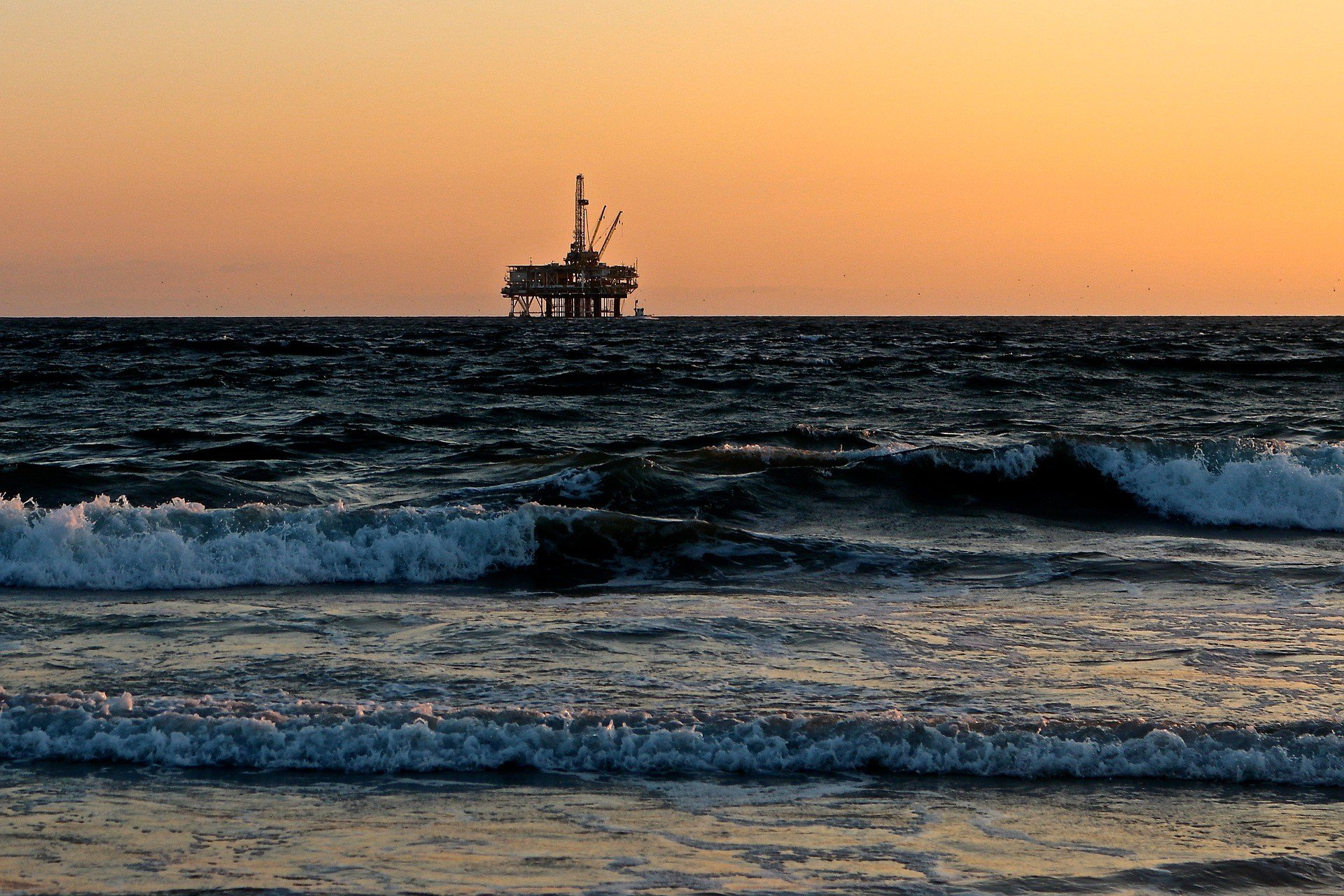 Offshore oil rig (source: catmoz / Pixabay)