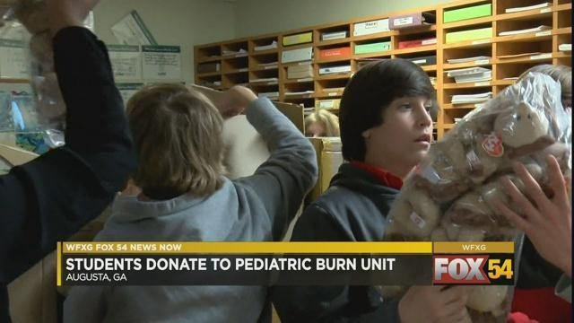 Kids at Doctors Hospital unload donated toys (WFXG)
